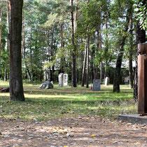 Pad naast woning kampcommandant met monumenten