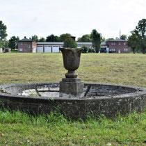 Fontein links bij de ingang van het SS kamp