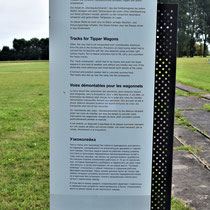 Informatiebord over rails naar steenfabriek