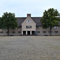 Voormalig SS hoofdkwartier - zicht vanaf het plein voor het kamp - ingang kamp is links naast het gebouw