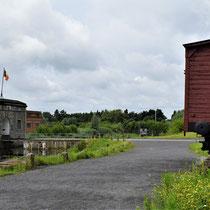 114. Aan de overkant van de brug - linksvoor bij het Fort met zicht op de ingang van het Fort