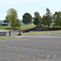 Zicht op apelplaats - links de ingang van het gevangenenkamp