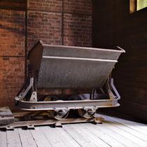 78. In een van de voormalige jodenbarakken - wagon voor het vervoeren van oa grond