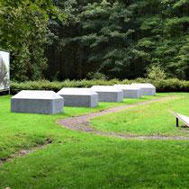 Monument voor alle Nederlanders die gedeproteerd zijn naar verschillende kampen - staat bij de ingang van het kamp
