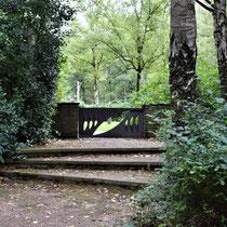01. De ingang van de begraafplaats die vlakbij het kamp lag - van het kamp zelf is niets meer overgebleven