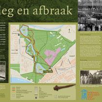 90) Informatiebord 'Aanleg en afbraak' bij een deel van de oude kampspoorlijn aan de rand van het bos