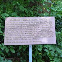 04. Informatiebord over de 195 onbekende slachtoffers bij de ingang van de begraafplaats