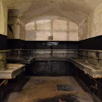 53. De wasruimte voor de gevangenen - tegenover de ingang van hun barakken