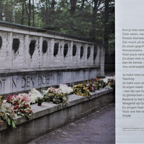 74) Foto van de met teer bekladde panelen van het monument bij de fusilladeplaats in het bos met gedicht