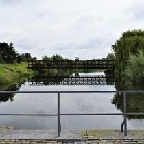 12. Op de brug voor de ingang van het Fort met het zicht naar links