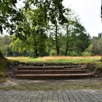 Trap naar een plek waar een Nationaal Socialistisch standbeeld stond tijdens de Tweede Wereldoorlog - binnen het bewakerskamp