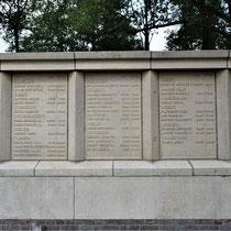 96) Panelen in het monument bij de fusilladeplaats met namen van geëxecuteerde verzetsstrijders
