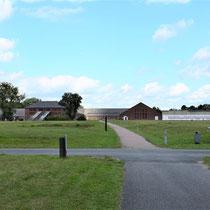 Zicht op steenfabriek vanaf kleiput - rechts de voormalige gevangenis