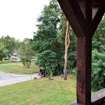 Uitzicht vanaf balkon huis kampcommandant naar voormalig SS kamp