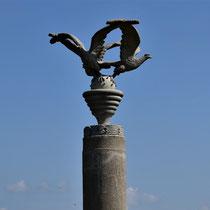 Replica beeld adelaar/ duif - origineel is gemaakt door gevangene in opdracht van de duitsers
