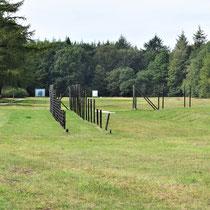 Zicht linkerkant van het kamp - plek van voormalige afbakening - verhoging is plek waar barak stond