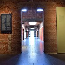 Bij de oorspronkelijke ingang van Oranjehotel met doorgang naar cellencomplex met zicht op cellenblok D