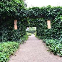 Weg naar de rozentuin - plek waar mensen een roos kunnen planten ter nagedachtenis aan de slachtoffers