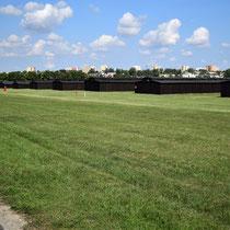 Barakken voor gevangenen Majdanek - met de stad Lublin op de achtergrond