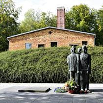 Monument bij crematorium - inclusief vrouw terwijl er geen vrouwen in het kamp hebben gezeten