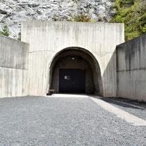Ingang tunnel - het is altijd 7 graden in de tunnels