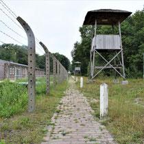 83) Pad naast Nationaal Monument Kamp Vught met reconstructie van wachttorens - Achter de eerste wachttoren is een deel van de oude kampspoorlijn zichtbaar gemaakt
