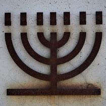 Herdenkingsmuur Belzec - joodse kandelaar