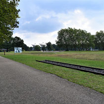 Zicht rechterkant vanaf treinwagons -  in het midden de apelplaats