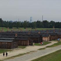 In de uitkijktoren van Birkenau - rechts van het spoor houten barakken