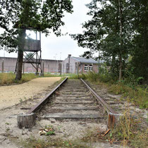 84) Een deel van de oude kampspoorlijn met zicht op de maquette van Kamp Vught links en Barak 13B in het midden