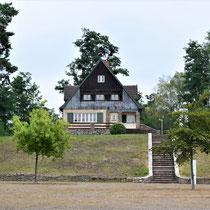 Huis kampcommandant - zicht vanaf plein voor het kamp - ingang kamp is links