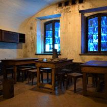 56. Binnenkant van een van de woonbarakken voor de gevangenen - eetgedeelte