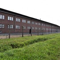 Zicht voor het gebouw buiten het kamp met zicht naar rechts