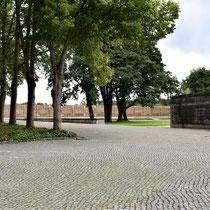 Plein bij meer met herdenkingsmuur