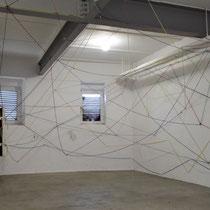 De Kelder - in de kamer waar de kinderen zijn vermoord - gekleurde lijnen zijn onderdeel van tijdelijke kunstwerken door kinderen bedacht