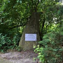 07. Herdenkingssteen op de begraafplaats - staat 2 meter naast de andere herdenkingssteen
