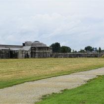 91. Buitenterrein van het Fort - achterkant met rechts op de foto de executieplaats