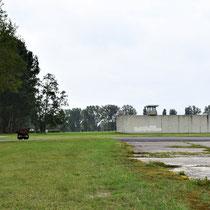 Zicht op voormalige gevangenis - links het kanaal