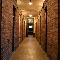 64. In de barak met cellen voor de gevangenen met zicht op de uitgang