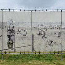 89. Buitenterrein van het Fort - achterkant met oude foto van werkzaamheden op die locatie