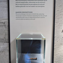 Schoef uit bed van cel 601 welke gebruikt is om teksten in de muur te krassen