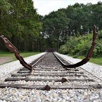 Ligging rails die het kamp binnen kwam - herdenkingsmonument