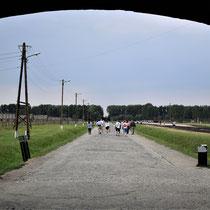Onder de poort van Birkenau - begin