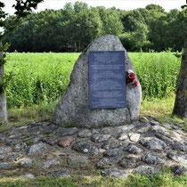 03 Herdenkingssteen  met plaquette die in 1995 geplaatst is