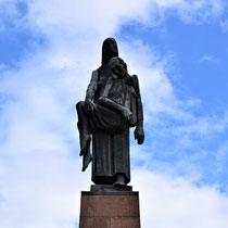 Monument bij meer voorkant