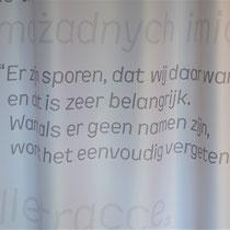 Gordijn met teksten in verschillende talen