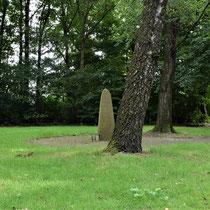08. Herdenkingssteen in het midden van de begraafplaats