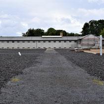 Voormalige gevangenis met rechts de restanten van de kampkeuken