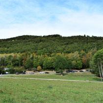 Plek voormalig SS kamp - met berg op de achtergrond waar de tunnels zijn