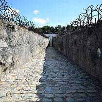Weg naar Memorial Monument Belzec - Tussen de massagraven - halvewege